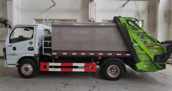 好消息!工厂首台3吨压缩式垃圾车顺利交付!